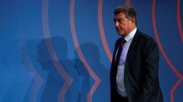 El presidente del FC Barcelona, Joan Laporta, entra en la sala de prensa