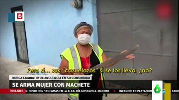 """El viral de una mujer que recorre las calles de México con un machete para combatir la delincuencia: """"Sus cazuelazos se los lleva"""""""