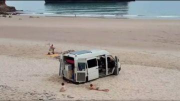 Imagen de la autocaravana varada en mitad de la playa.