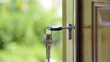 Imagen de archivo de varias llaves en la cerradura de una puerta.