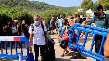 Las familias del edificio derrumbado en Peñíscola vuelven a sus casas para coger lo imprescindible en tiempo récord