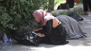 Un familiar llora junto al cuerpo de una víctima de la explosión de una bomba en el aeropuerto de Kabul.