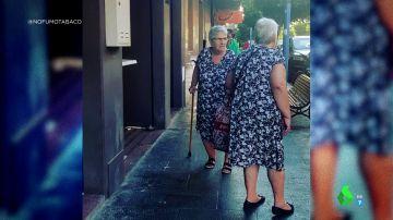 """La sorprendente imagen viral de dos señoras que se encuentran con """"su doble"""": """"Un fallo en Matrix"""""""