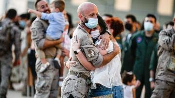 Imagen de los últimos militares españoles que han participado en la repatriación de afganos reencontrándose con sus familias