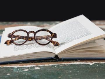 Gafas sobre libro abierto