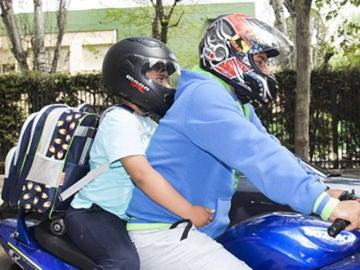 Niño en moto