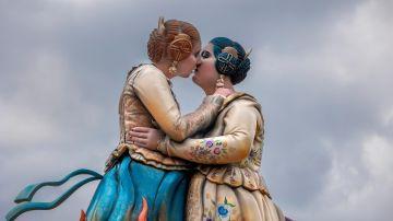El reivindicativo beso lésbico de dos mujeres falleras