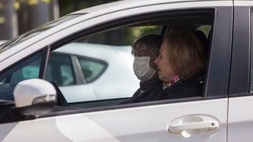 Desde 80 euros la multa por tener la mascarilla mal colocada en el coche: así debes guardarla