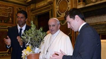 El Papa Francisco, junto a Leo Messi y Gianluigi Buffon