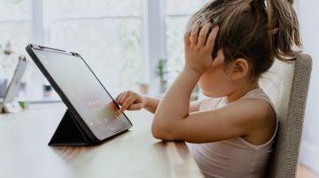 ¿Prohibir, supervisar o acompañar? Así podemos educar a nuestros hijos en el uso de las pantallas y de Internet