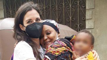 Marta Oreja junto a un niño pequeño y su abuela en Kenia