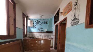 """El surrealista piso de Idealista en Lavapiés con un turbio mensaje en sus paredes y que se vende como """"magnífica oportunidad"""""""
