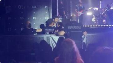 Melendi se encara con un guardia de seguridad en un concierto para defender a sus fans
