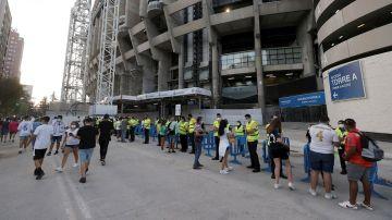 El público accediendo al Santiago Bernabéu