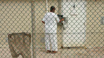 Foto de archivo, distribuida por el departamento de Defensa estadounidense, de un preso en el campamento Delta 4 de la base de Guantánamo en Cuba.