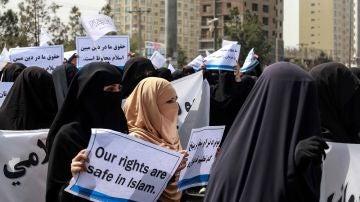 Manifestación de mujeres en apoyo a los talibanes