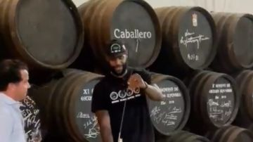 LeBron James, venenciando vino en una bodega de Jerez