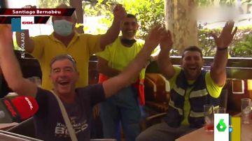 El divertido troleo de unos aficionados del Atlético a un reportero que les pide cantar el himno del Madrid en directo