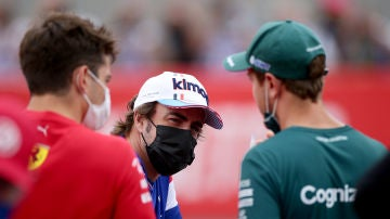 Fernando Alonso charla con Sebastian Vettel