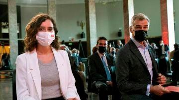 La presidenta de la Comunidad de Madrid, Isabel Díaz Ayuso, junto al director de la Oficina del Español, Toni Cantó