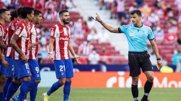 Gil Manzano, ante las protestas de los jugadores del Atlético
