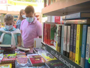 Imagen de personas en la Feria del Libro de Madrid