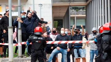 Antifascistas increpan al presidente de Vox, Santiago Abascal.