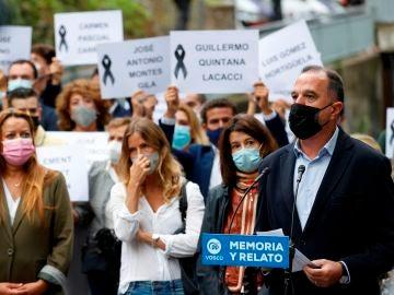 El presidente del PP vasco, Carlos Iturgaiz, ha presidido este sábado un acto convocado por esta formación frente al local