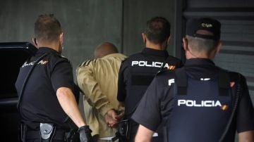 Imagen del momento en el que el presunto asesino de una mujer de 52 años es conducido a los juzgados de A Coruña