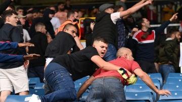 Pelea entre aficionados del Arsenal y el Burnley