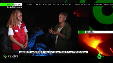 Una voluntaria de la Cruz Roja explica el proceso que tienen que enfrentar los que lo han perdido todo con la erupción