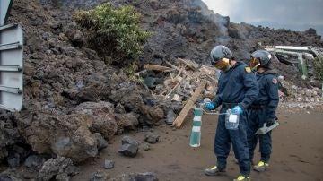 Efectivos de la UME realizan mediciones del volcán de La Palma