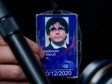 Imagen de archivo de la credencial de eurodiputado del expresidente de la Generalitat, Carles Puigdemont