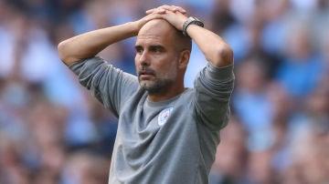 Pep Guardiola, con las manos en la cabeza