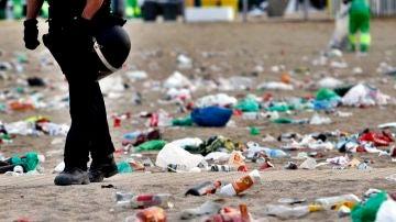 Imagen de basura en una playa de Barcelona tras un macrobotellón