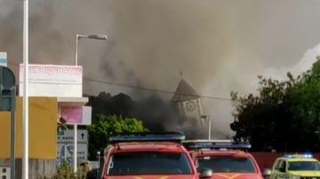 El campanario de Todoque se derrumba ante el paso de la colada de lava