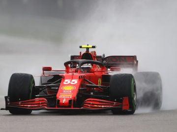 Carlos Sainz, con el Ferrari en el agua de Sochi