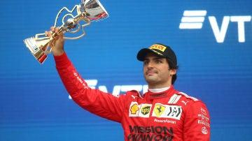 Carlos Sainz, en un podio