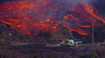 La lava corre a gran velocidad por las laderas de Cumbre Vieja