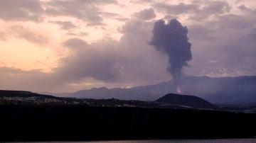 El volcán de La Palma vuelve a emitir humo negro y lava
