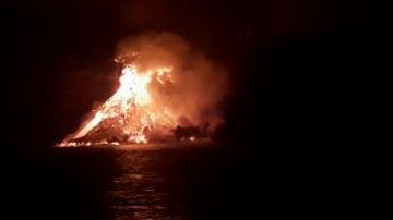 Vídeo de la columna de lava que se está formando al entrar en el mar