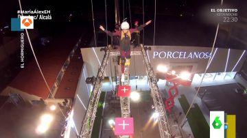 """El sufrimiento de Kira Miró al cruzar una plataforma a 20 metros de altura:  """"Espera, me estoy mareando"""""""