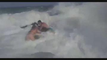 Los dos jóvenes agarrados a una roca en Torrevieja