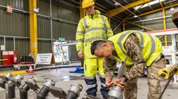 Militares distribuyen gasolina en Reino Unido