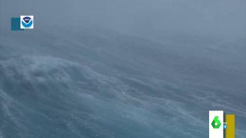 Graban por primera vez desde el interior de un huracán en el océano Atlántico