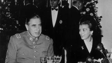 El dictador chileno Augusto Pinochet con la presidenta de Argentina, María Estela Martínez de Perón, en una cena en 1975.