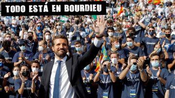 El presidente del PP, Pablo Casado, saluda a los militantes