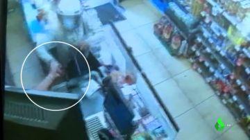 Una cajera de supermercado frustra un atraco abalanzándose sobre el ladrón y le obliga a salir huyendo
