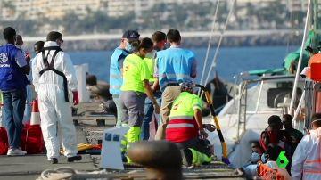 Miembros de Salvamento ayudan a un grupo de migrantes a desembarcar