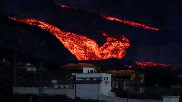 Un tsunami de lava emerge del volcán de La Palma